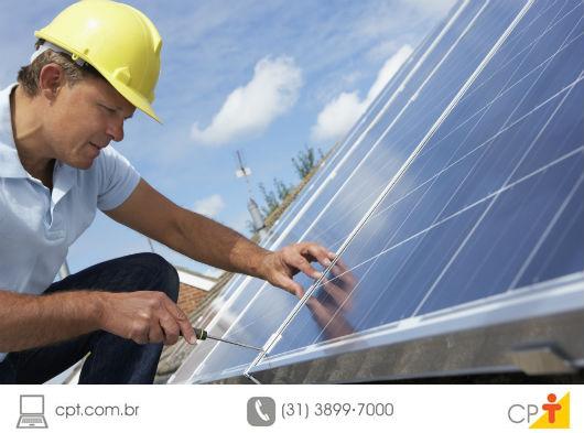 técnico instalando um coletor solar para aquecimento de água em uma residência