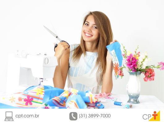 costureira escolhendo tecidos para a confecção de roupas infantis