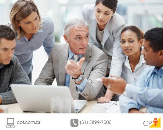 líder ensinando seus liderados no trabalho
