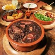 A feijoada completa, prato originalmente carioca, é geralmente consumida com uma boa caipirinha.