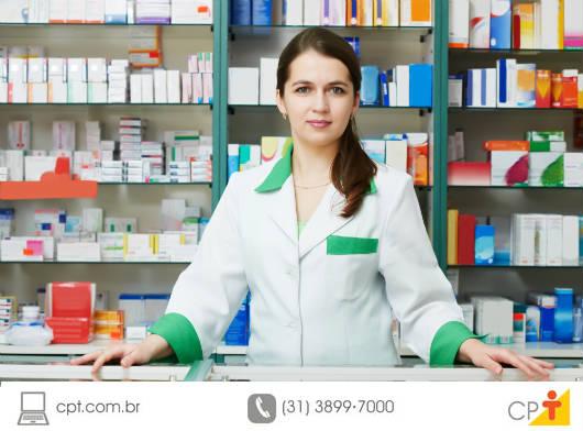 O atendente de farmácia é o profissional responsável por receber os clientes, realizar as vendas e demais atividades do estabelecimento