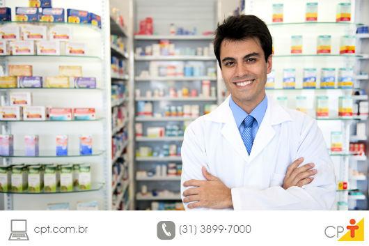 farmacêutico sorrindo em frente a sua farmácia