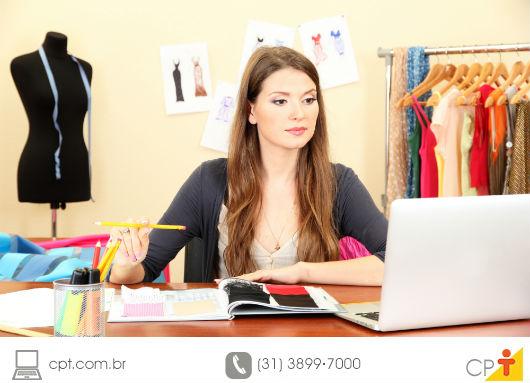 Empresária do ramo de confecção estudando sobre as atualizações do setor