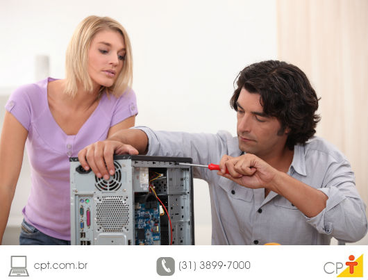 pessoa, em sua própria casa, fazendo a manutenção do seu computador