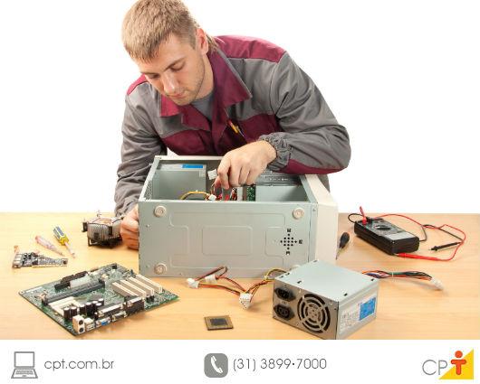 Técnico em informática faendo a manutenção preventiva de um computador