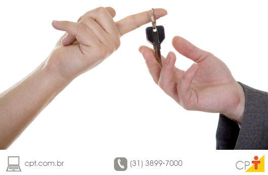 corretor entregando as chaves do imóvel ao cliente