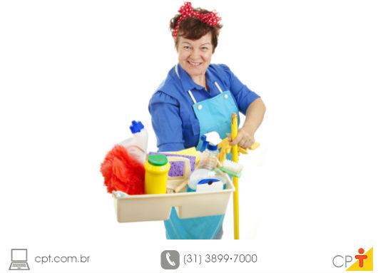 empregada doméstica com seus equipamentos de trabalho