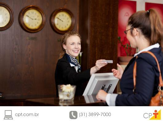 recepcionista gentilmente atendendo um hóspede