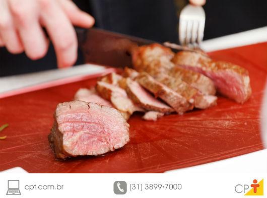 pessoa fatiando carne de boi