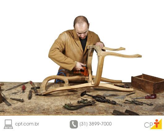 Marceneiro construindo uma cadeira