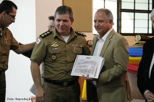 Prof. Nelson Maciel recebendo o certificado de Colaborador Benemérito da Polícia Militar de Minas Gerais