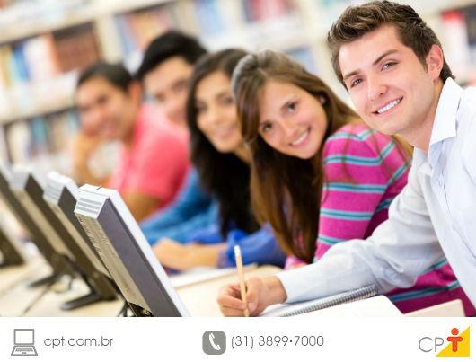 jovens estudando para concluir seus cursos técnicos e profissionlizantes