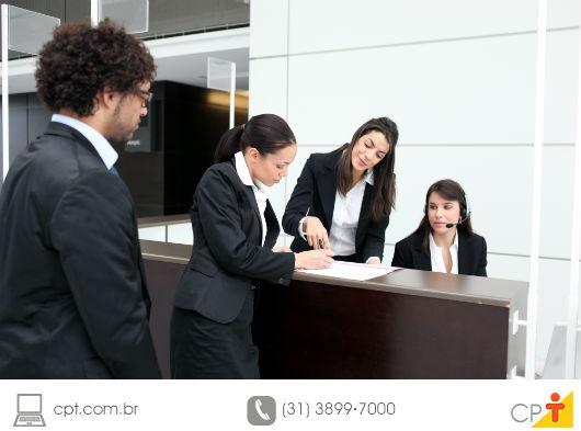 foto de chefe de recepção de hotel passando instruções para sua equipe de trabalho