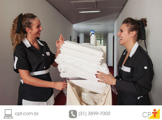 Camareiras contando a roupa de cama do hotel