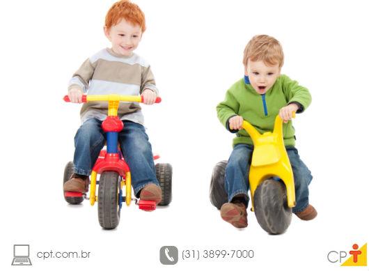 crianças andando de velotrol