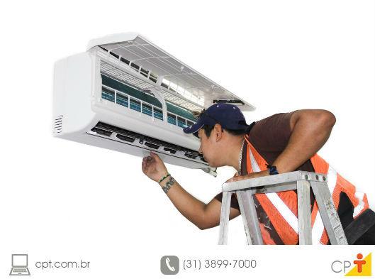 técnico em refrigeração avaliando um ar-condicionado
