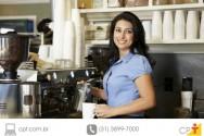 empresária fazendo o café de seu próprio bar