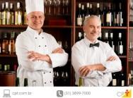 foto de um bar com dois funcionários