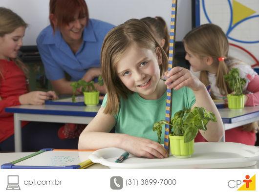 aluna em aula prática de biologia