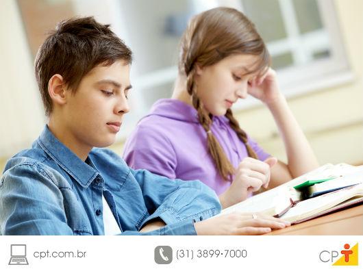 duas crianças estudando