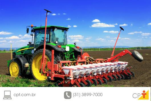 trator em funcionamento em uma propriedade agrícola