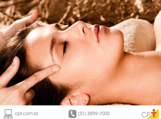 mulher sendo massageada nas têmporas