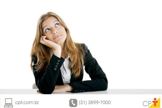 mulher pensando em que roupa vestir para uma festa em pleno inverno