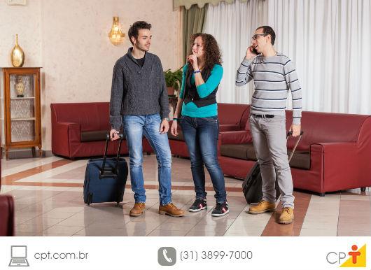 pessoas no saguão de um hotel