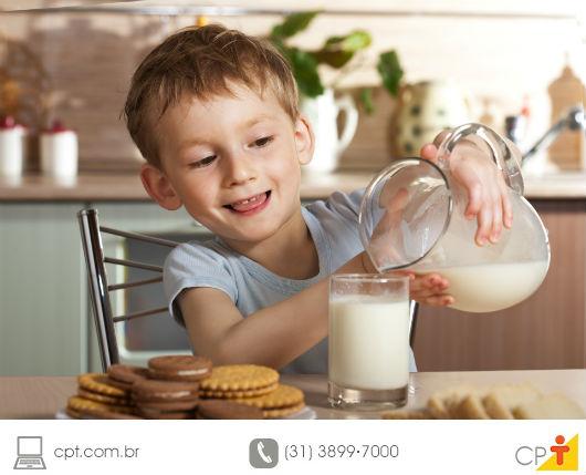 garotinho lanchando com leite e seus derivados