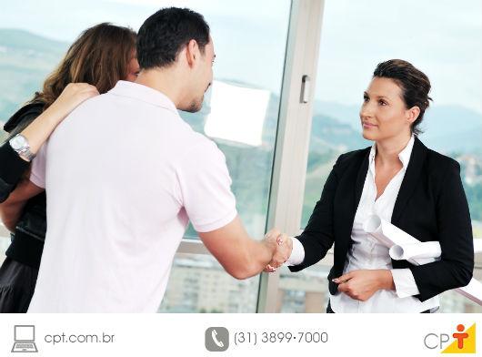 casal fechando um negócio imobiliário