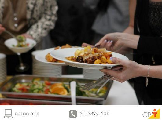 pessoas servindo comida em seus pratos