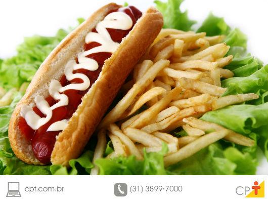 foto de cachorro quente com batata frita em palito
