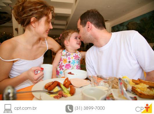 família fazendo o café da manhã no hotel