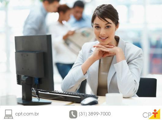 foto de uma corretora de imóveis em seu posto de trabalho