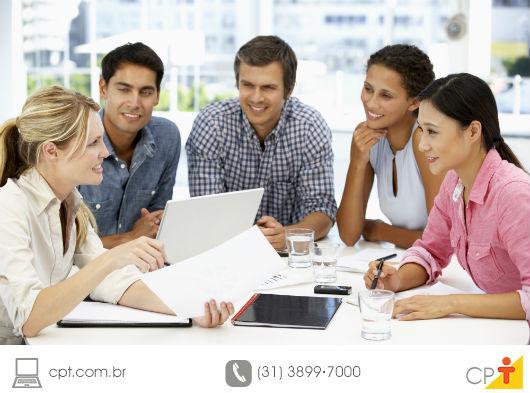 professores em reunião, formulando o PPP da escola