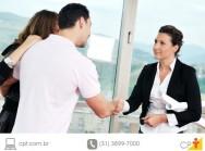 Casal e corretor de imóveis fechando negócio