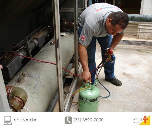 tecnico em refrigeração fazendo a manutenção de um equipamento