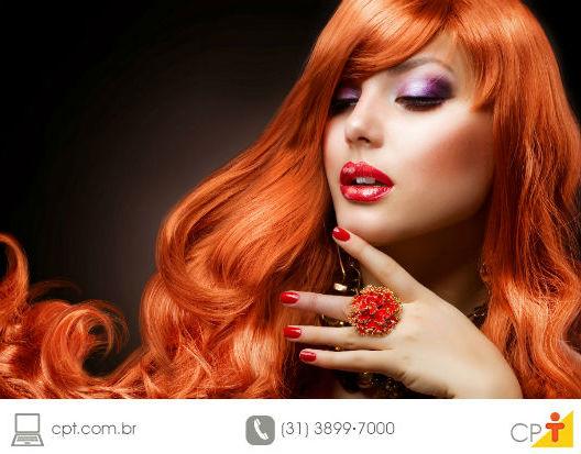 mulher com os cabelos pintados de vermelho