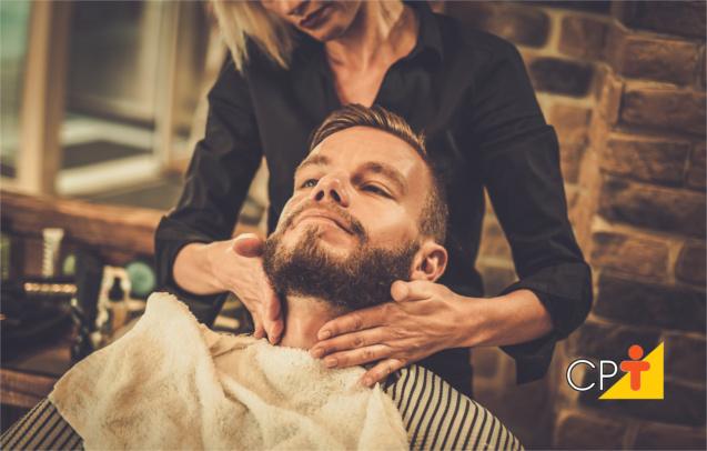 Mulheres fazem barba, cabelo e bigode