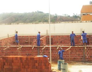 Construção do Núcleo de Ensino e Profissionalização no Presídio de Viçosa – MG, feita pelos detentos.