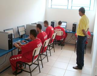 Alunos em aula de informática no Núcleo de Ensino e Profissionalização Escola Estadual Prof. Cid Batista.