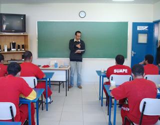 Alunos em sala de aula teórica no Núcleo de Ensino e Profissionalização do Presídio de Viçosa - MG.