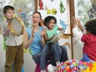 Como trabalhar o ritmo musical infantil usando palmas e pés?