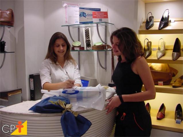Vendedora concluindo uma compra