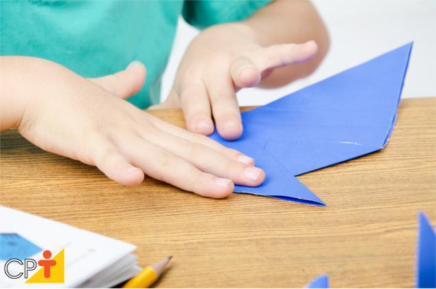 Criança fazendo origami