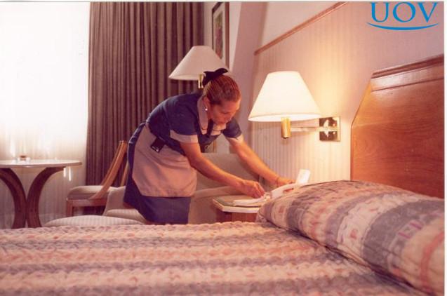 Camareira arrumando o quarto
