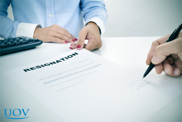 Funcionário assinando documento de demissão