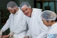 A higiene pessoal dos manipuladores de alimentos é um dos fatores que garante a segurança alimentar