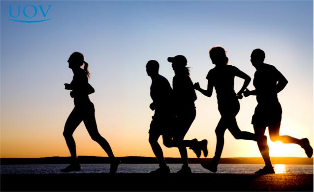 Pessoas correndo durante pôr do sol