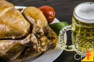 Frango inteiro e rocambole de frango defumados: aprenda fazer